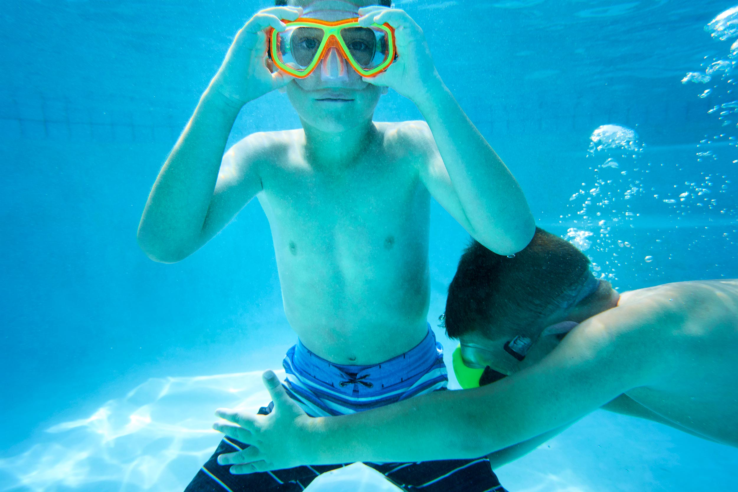 04_BoysInPool_2040-underwater-googles
